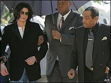 Michael Jackson y Joe Jackson (a la derecha de la imagen) en una fotografía de 2005.