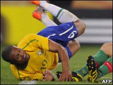 Julio Baptista cai durante o jogo contra Portugal