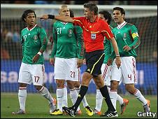 La repetición mostró la ilegalidad del gol, pero no hubo otra que validarlos.