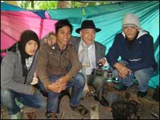 Nhà báo Huỳnh Tâm và ba người rơm