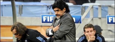 مارادونا يفكر في التخلي عن تدريب المنتخب الأرجنتيني