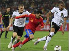 حصار دفاعي لبيدرو لاعب اسبانيا