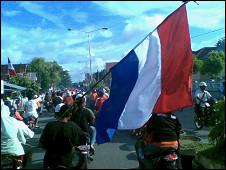 Des supporters des Pays-Bas défilent à Ambon, où l'usage de drapeaux autres qu'indonésiens est en temps normal très étroitement surveillé (BBC).