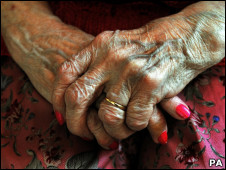 Manos de mujer anciana Foto: John Stillwell/PA Wire