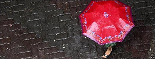 Mujer en la lluvia con paraguas