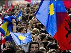 Kosovo celebrou o primeiro aniversário de sua declaração unilateral de independência em 2009 pelas ruas de Pristina (foto: AFP)