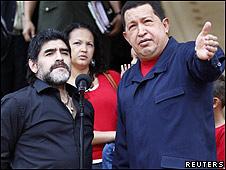 Diego Maradona y Hugo Chávez en el palacio de Miraflores, sede de  la presidencia venezolana.
