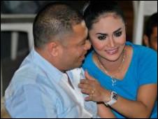 Krisdayanti ciuman Raul Lemos foto gambar video