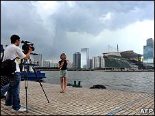 廣州珠江河畔一隊電視新聞攝制隊在亞運會開幕式會場的背景下進行拍攝(21/7/2010)