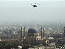 Helicóptero militar americano sobrevoa Bagdá (foto: AP)