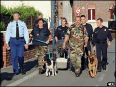 Policiais fazem buscas em casa na França (AFP, 28 de julho)