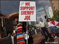 Manifestação a favor de controle à imigração no Arizona