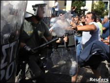 столкновение водителей с полицией в Афинах