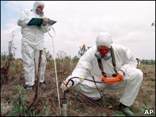 科学家检查切尔诺贝利土壤的辐射污染