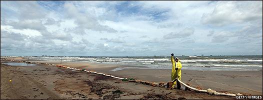 Limpieza de una playa en el Golfo de México afectada por el  derrame