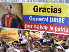 Pancarta que representa al presidente saliente de Colombia, Álvaro Uribe, como Simón Bolívar