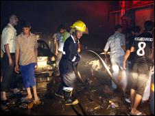 رجال الاطفاء في موقع الانفجار في البصرة
