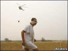 Женщина, вертолет