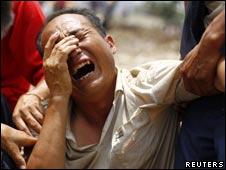 Parente de vítima na China (AP, 10/08/10)