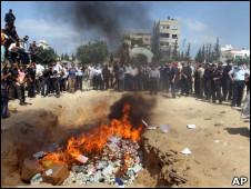 Fogueira acesa pela polícia do Hamas para queimar álcool e drogas na Faixa de Gaza