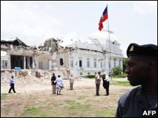 Palácio presidencial haitiano destruído durante o terremoto, em foto tirada seis meses depois