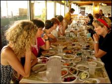 Mulheres israelenses e palestinas almoçam juntas em restaurante em Israel