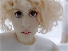 Lady Gaga dalam video Bad Romance
