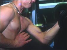 Homem levantando peso