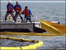 Trabajos de contención del derrame en el Golfo de México (foto de archivo)