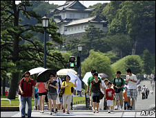 日本东京一群游客打伞挡阳光(27/7/2010)