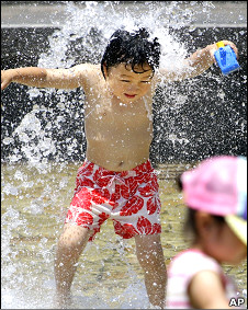 东京某公园内儿童戏水消暑(17/7/2010)