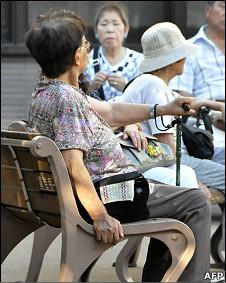 东京高岩寺内一群老人坐在长椅上休息(4/8/2010)
