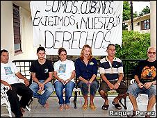 Opositores cubanos con un cartel en el que exigen que se respeten sus derechos