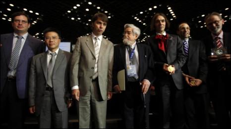 Ông Ngô Bảo Châu cùng các nhà toán học quốc tế trong lễ trao giải Fields