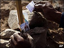 Un familiar de los mineros atrapados coloca un mensaje entre las piedras