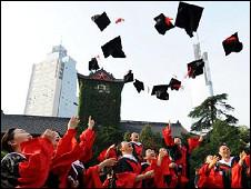 中国大学博士生毕业(新华社图)