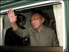 (档案图片)金正日5月7日离开北京前在专列上挥手