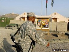 Soldado en una de las dos bases atacadas