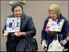 пожилые женщины торгуют сигаретами