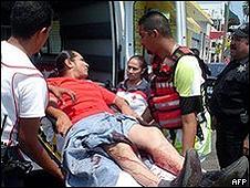 Ferido é colocado em ambulância depois de ataques em Reynosa