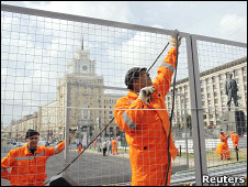 Рабочий устанавливает заграждения на Триумфальной площади в Москве
