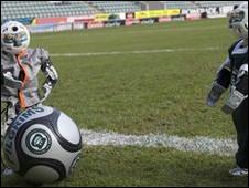 فريق كرة القدم الآلي البريطاني يستعد لكأس العالم 100831185809_robot_football_226x170_nocredit