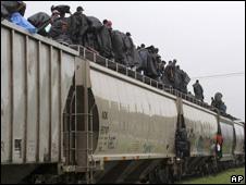Emigrantes en un tren con destino a Estados Unidos en Ciudad Ixtepec.
