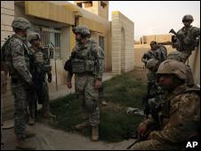 جنود أمريكيون أمام مقر للشرطة العراقية في الحويجة