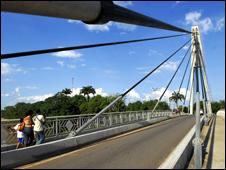 Puente de la amistad, une las ciudades de Cobija en Bolivia y Brasilea, en Brasil.