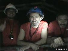 Una imagen de video muestra a los mineros atrapados en Chile.