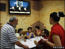 Españoles discuten anuncio de ETA