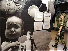Soldado surcoreano visita una exhibición sobre hambre Corea del Norte