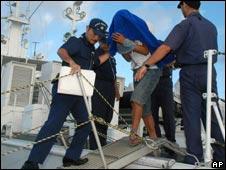 中国渔船船长詹其雄被日本海上保安厅人员带走(08/09/2010)
