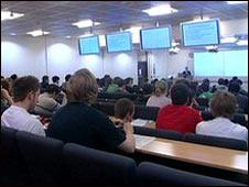 學生人數越多,班級就越大。